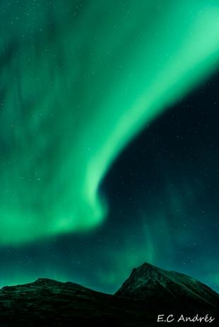 Aurora en las montañas de Tromso